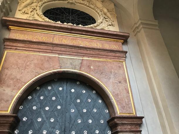 Il richiamo alla Congregazione degli Itaiani sulla porta di ingresso alla Cappella