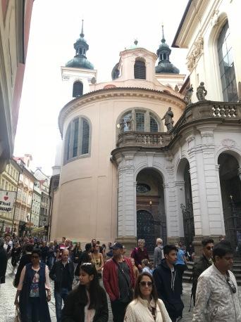 La via Karlova si restringe in prossimitá della Cappella